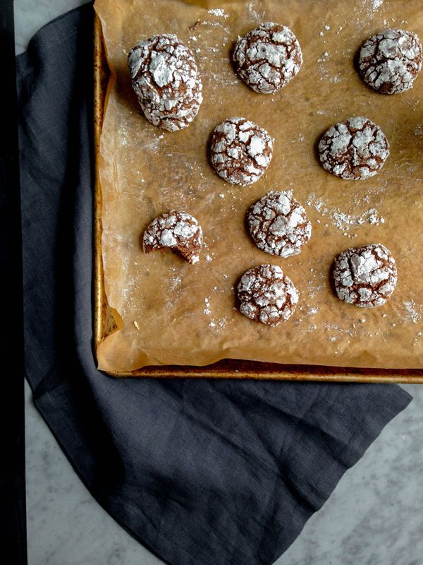 low-sugar dairy-free chocolate crinkle cookies, aka brownie cookies via @eyecandypopper