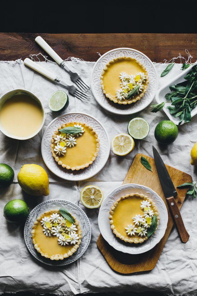 Лимонно-лаймовые тарты со взбитыми сливками