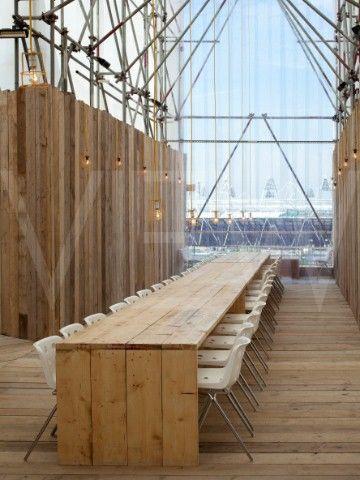 lange houten tafel / eenvoudige in constructie / kan in palletten / boeiend zichtpunt in de verte / stoere werklamp als pendellamp