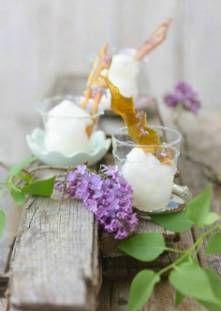 Sorbet au lilas et décor au caramel