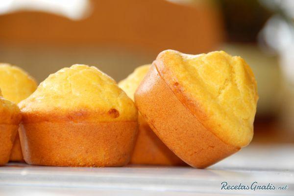 Aprende a preparar panque de naranja con esta rica y fácil receta.  El panque, bizcocho o queque, es el postre perfecto para animar un cumpleaños o la merienda. Con...