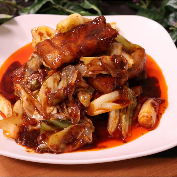 「大人の四川風回鍋肉」の作り方を簡単で分かりやすい料理動画で紹介しています。ご自宅で本格中華の大人なピリ辛の回鍋肉はご飯にとてもぴったりです。湯がいたお肉は厚めに切ると食べごたえがあります。最後の仕上げの花山椒でギュッと味が引き締まります。辛いものが苦手な方豆板醤を減らしてください。