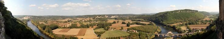 English: Dordogne at the Castlenaud meander. Panoramic view on Vézac municipality from the château of Castlenaud-la-Chapelle, Dordogne, Aquitaine, France. Français: La Dordogne à la boucle de Castlenaud. Vue panoramique sur la commune de Vézac depuis le Château de Castlenaud, Dordogne, Aquitaine, France. ~ photo by Sémhur (2009)  http://upload.wikimedia.org/wikipedia/commons/2/27/Dordogne_-_Boucle_de_Castelnaud_-_20090926.jpg