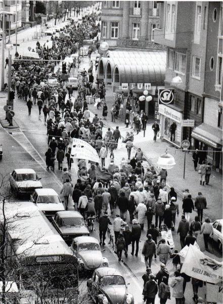 HANNOVER List 1982 Lister Platz. Unter der Bezeichnung Ostermarsch fand 1982 am Lister Platz eine von vielen Friedensdemonstrationen statt. Hanover Germany