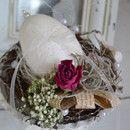 Auf einem Metallgefäß im shabby Look liegt das Ei weich gebettet, Rosen, alte Schrift, weiße Blüten, Schleife... Als Mitbringsel für die nächste Einladung, oder einfach nur...