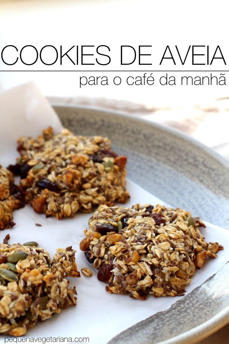 cookies de aveia Ingredientes: 1 xícara e 1/2 de aveia 4 bananas maduras (grandes) 1/2 xícara de oléo de abacate ou oléo de oliva 1/2 xícara de sementes de linhaça trituradas 1 colher de chá de estrado de baunilha natural 1/2 xícara de cranberries secas 1/2 xícara de uva passas secas 1/3 xícara de sementes de girassol 1/4 xícara de nozes pecans picadas (ou amêndoas picadas) 3/4 xícara de coco ralado (eu uso o sem açúcar)