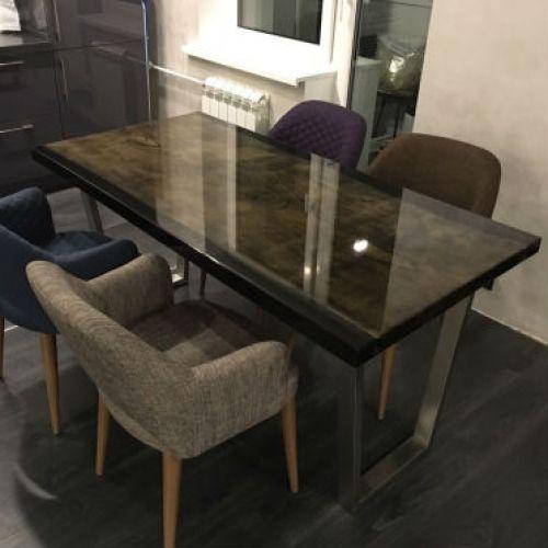 Прямоугольная столешница стола «Lux Life» уже сама по себе может стать достойным украшением интерьера. Эффектные изгибы годичных колец на дереве создают причудливые узоры на поверхности,