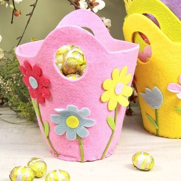 des paniers pour Pâques en feutre rose et jaune