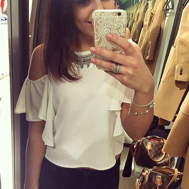 I top #shouldersoff saranno uno dei #musthave per questa primavera estate! Ne parleremo presto sul blog (link in bio), intanto oggi trovate online un articolo su 4 linee beauty abbinate a 4 personalità! Se lo leggete fatemi sapere cosa ne pensate di questa idea! #Zara #zaradaily #dressroom #top #whitetop #iphone #iphonecover #lv #louisvutton #girl #teen #cool #pretty #selfie #mirrorselfie #selfienation #followme #brunette #tiffany #bershka