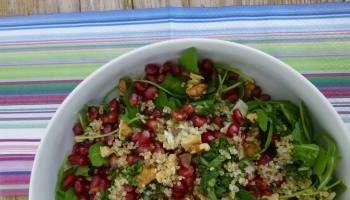 Ensalada de rúcula, quinoa , granada y queso gorgonzola
