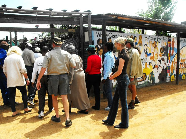 Charl en Astrid Pretorious from Kwalata with visitors at Freedom Walls