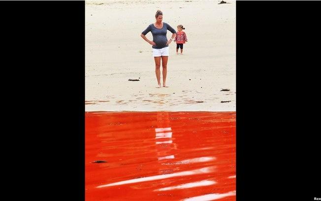 Maré vermelha se espalha pela costa leste da Austrália  Fenômeno da proliferação de micro-organismos interditou várias praias próximas a Sydney - Uma das hipóteses é que um aumento súbito na temperatura da água e uma grande umidade na atmosfera podem estar ligados ao fenômeno . Foto: BBC