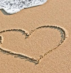 Trouwkaart 2 grote harten getekend in zand met zee. Kies de kaart, pas de tekst aan en vraag een gratis proefdruk op (je betaalt zelfs geen verzendkosten!). http://www.trouwpost.nl/trouwkaarten/hartjes/