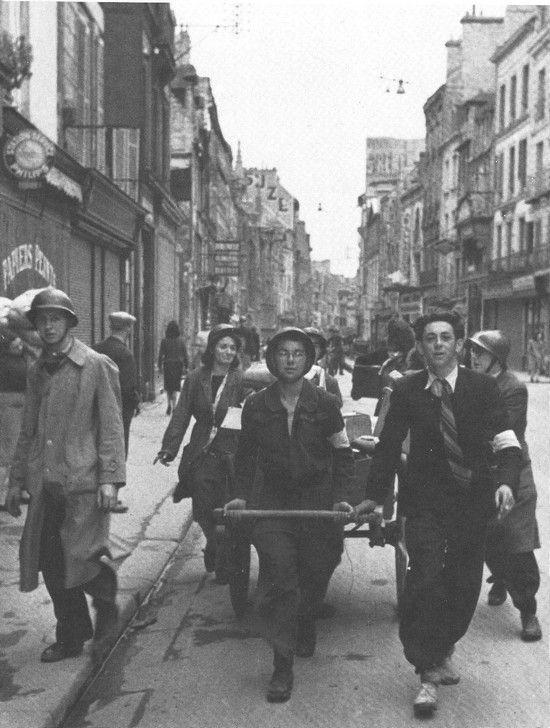 Caen, des jeunes des Equipes d'Urgence, Rue Saint-Pierre, le matin du 6 juin 1944.