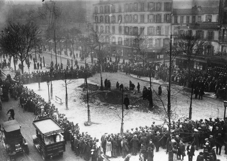 Fotos de la Primera Guerra Mundial: 99 aniversario del verano de su comienzo (IMÁGENES). Cráter por una bomba en París.