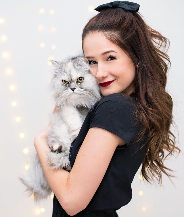Qui connait Emma verde . mon idole je l'aime beaucoup .drôle de tête le chat !!LoL