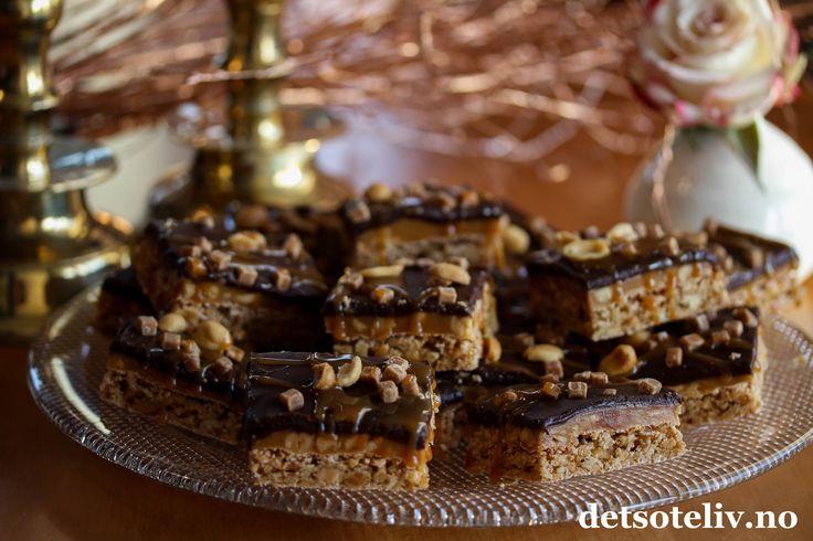 Hei, Snickerskake i langpanne er superpopulær her på bloggen, både med lys sjokoladeglasur og mørk sjokoladeglasur. Nå kan jeg fortelle dere noe kult: Kaken blir enda bedre med et lag karamell i tillegg til sjokoladeglasuren! Oppskriften er til stor langpanne.