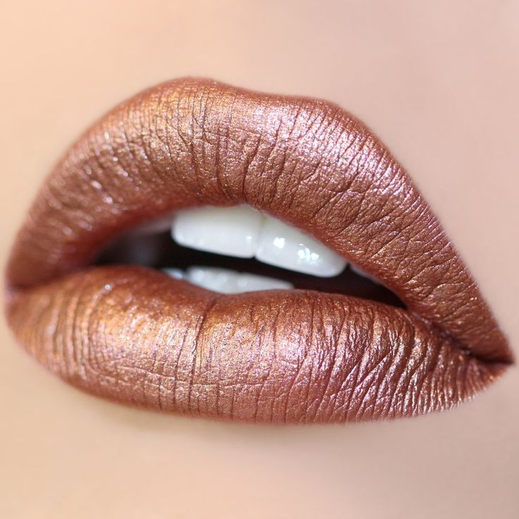 Shimmering rose gold lipstick in a Metallic finish: