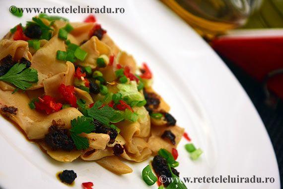 Pe lângă o fascinantă diversitate, egalată poate doar de bucătăria chinezească, bucătăria indiană are o mare calitate: cea mai mare parte a felurilor de mâncare se pot prepara în avans şi se pot reîncălzi chiar înainte de a fi servite, fără ca gustul şi aromele să fie alterate în vreun fel; ba dimpotrivă, căci aromele condimentelor au timpul necesar să se dezvolte şi să se combine în succesiuni de gusturi şi parfumuri exotice.