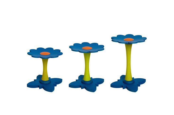 Bloemen kinderkrukjes blauw.  Deze houten krukjes is de vorm van bloem vervaardigd uit beukenmultiplex met massieve beuken elementen. Door gebruik te maken van beukenhout is het krukje sterk en dat resulteert in levensduur. Niet afgewerkt en is puur natuur, zelf te behandelen mogelijk. Het stoeltje kan je aanpassen aan 3 verschillende leeftijden. Losse stengel (poot) verkrijgbaar voor 2 - 5 - 8 jarigen. Zo krijg je de juiste zithoogte voor het kind.