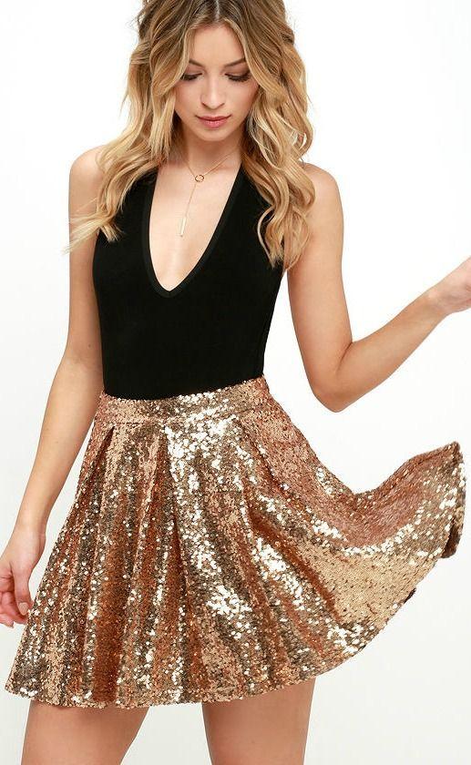 Ideal para celebrar el año nuevo, una falda en cobre con paillettes y un top con escote profundo en V!