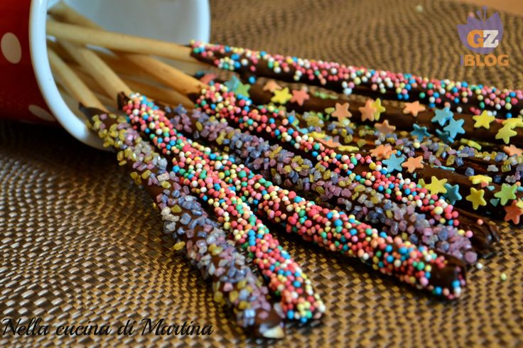 I grissini allegri sono dolci che uniscono il salato e il cioccolato. Provateli e vedrete che conquisteranno anche i bambini.