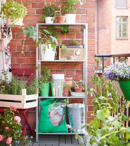 Verzinktes HYLLIS Regal auf einem Balkon mit Übertöpfen und Pflanzen
