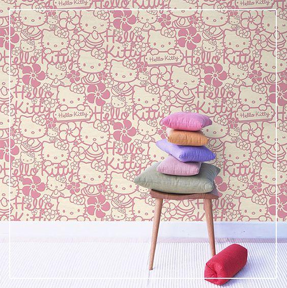 Un papier peint intissé Hello Kitty habille les murs d'une chambre de petite fille en un clin d'œil « kawaï » ;)