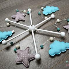 Mobile bébé naturel nuages bleus et étoiles grises  - bois et cotons biologiques