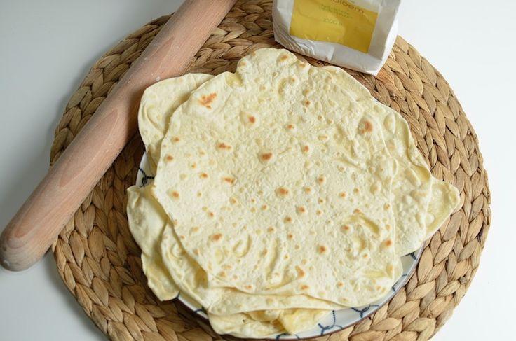 Tortillas maken, zo doe je het zelf, Aantal personen: 4 Ingrediënten 300 gram (spelt)bloem halve theelepel zout 125 ml warm water scheut olijfolie