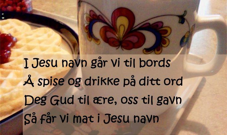 I Jesu navn går vi til bords  Å spise og drikke på ditt ord  Deg Gud til ære, oss til gavn  Så får vi mat i Jesu navn