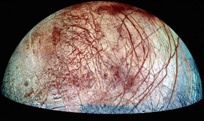 Europa, una delle lune di Giove, con le sue caratteristiche striature sulla superficie. La ripresa combina immagini prese con filtri viola, verde e nel vicino infrarosso. I dati sono stati raccolti nel '95 e nel '98. Crediti: NASA/JPL/University of Arizona. Nonostante il loro aspetto effettivamente un po' inquietante, le striature rossastre che si incrociano su Europa non hanno assolutamente alcunché di biologico. In realtà sono crepe e creste, alcune lunghe migliaia di chilometri. by Media…