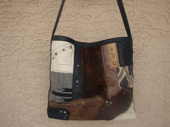 Wow! Ik hou gewoon van deze tas! Gemaakt van verschillende neutrale buffalo en koe leder in crème, camel, bruin en zwart. Gemaakt in een eclectische lappendeken-ontwerp en het gebruik van die diverse tribal textiel, en haar op verbergen. Verfraaid met studs, klinknagels en vrije stiksels, in een unieke, een soort stijl. De zijkanten van de tas zijn ook bezaaid. Plat bruinleren onderkant is 11,5 lang x 3 diep. Volledig gevoerd met katoen met 4 kant getrimd interieur zakken. Riem is 1 breed en…