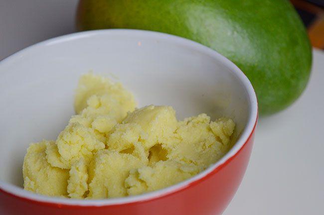 Zelfgemaakt en suikervrije mango ijs zonder ijsmachine. Heel simpel ijs, die luchtig, romig en vol van smaak is.