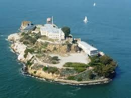 Eiland Alcatraz - tikspel. Zet een veld uit met vier pionnen in de hoeken. In het midden van het veld leg je een hoepel neer. Dit is eiland Alcatraz. Alcatraz is een eiland in de Baai van San Francisco. Van 1934 tot 1963 was het in gebruik als zwaar beveiligde gevangenis.