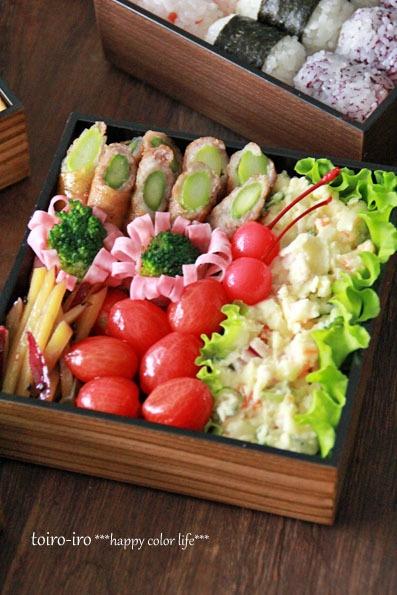 Japanese Picnic Bento Lunchbox (Onigiri Rice Ball, Green Asparagus Pork Roll, Potato Mayonnaise Salad and Veggies) 行楽弁当
