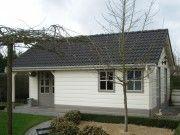 Dit tuinhuis biedt naast opbergruimte ook veel ruimte voor een kantoor aan huis of gastenverblijf.