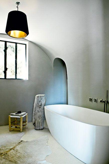 Lichte badkamer in oude schuur | Inrichting-huis.com