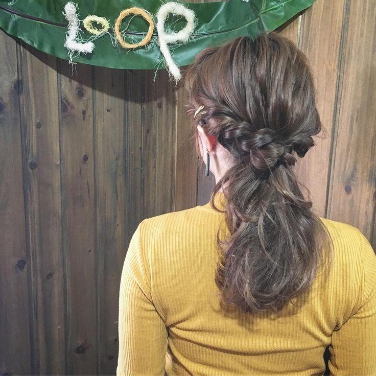 """ねじるだけで簡単にできるねじり編みをただのひとつ結びに加えることで、一気におしゃれで可愛いスタイルができます。そんな""""ねじりひとつ結び""""は、アレンジが苦手なぶきっちょさんや時間がない朝にぴったりのスタイルなんですよ。"""