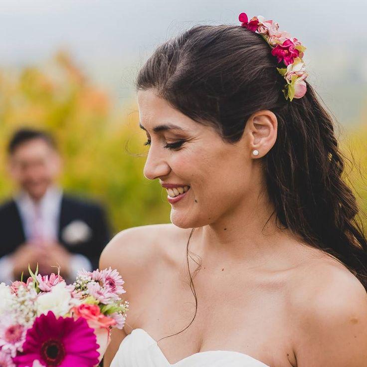 ¡Nuestras novias! Con su ramo y tocado  de #ZoeNovias  #Tocado #Ramo #Novia #Flores #Matrimonio #Peinado