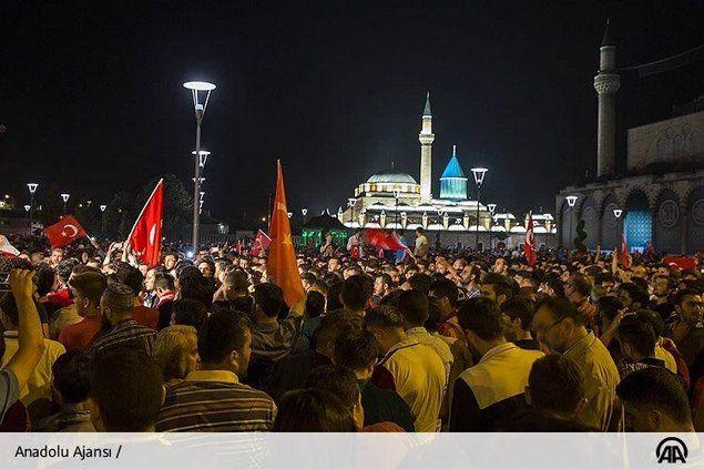 """Mengharukan! Jutaan Rakyat Turki Turun ke Jalan Gagalkan Kudeta Militer Atas Erdogan  [portalpiyungan.com] Jum'at (15/7) malam sekelompok Militer Turki mendeklarasikan kudeta dan mengatakan telah 'mengambil alih' negara. Mereka juga menutup Jembatan Bosphorus yang menghubungkan daratan Asia dan Eropa serta menutup bandara utama di Istanbul.Dogan News Agency mengutip pernyataan militer pada Jumat mengatakan mereka ingin """"memasang ulang tatanan konstitusional demokrasi hak asasi manusia dan…"""