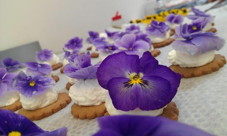 Hapje met eetbare viooltjes