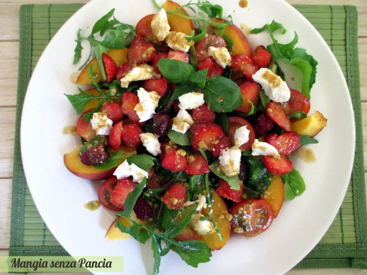 L'insalata di frutta estiva con formaggio caprino è fresca e leggera: si prepara in pochi minuti ed è ideale d'estate quando si ha voglia di piatti semplici