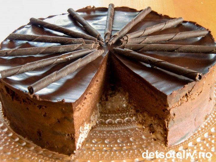Alt for lenge siden jeg har gitt dere en ny oppskrift her på Det søte liv - men la meg da til gjengjeld få gjøre det godt igjen nå ved å gi dere en HELT EKSTRA GOD EN! Denne sjokolademoussekaken er pure heaven! Bunnen består av en nøttekake og det tykke laget fyldig sjokolademousse oppå smaker fantastisk av mørk sjokolade og konjakk. Så er det et tynt lag helt mørk sjokoladekrem på toppen. Her gjelder det å hente frem luksusdyret i deg, lukke øynene og nyyyyte smaken...