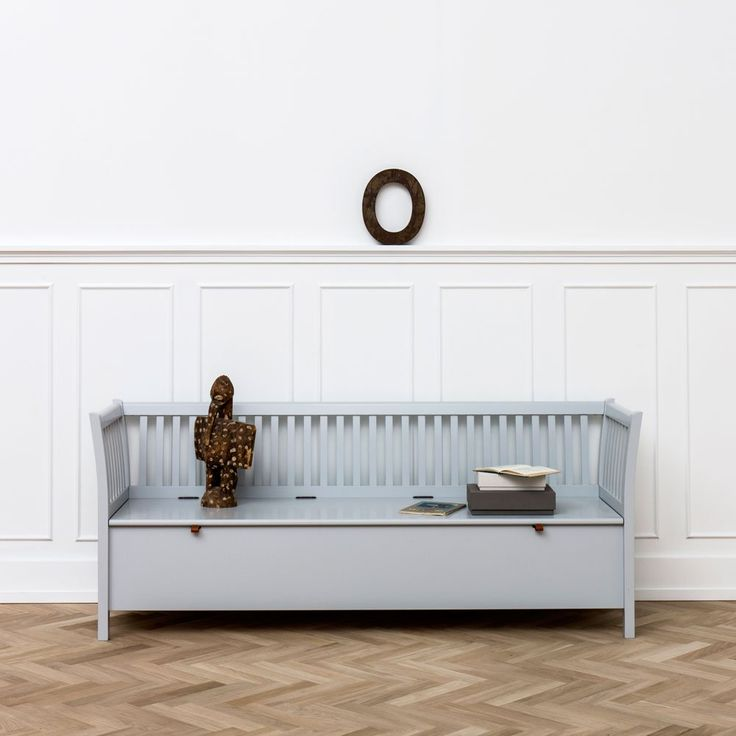 Seaside kökssoffa från Oliver Furniture är en praktisk sittmöbel som erbjuder fin förvaring. Kökssoffan är tillverkad i lackad massiv björk och finns i utförandena vit, grå eller svart. Kökssoffan finns även som kortare variant. Dyna ingår ej.