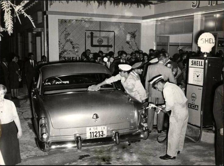 1958. Εγκαίνια σε πρατήριο καυσίμων της SHELL. Χαρακτηριστικά τα καπέλλα των υπαλλήλων του πρατηρίου και η αχιβάδα σήμα της SHELL.