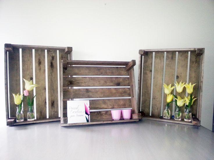 Tulpen bruiloft een opstelling voor een cadeautafel met bollenkratten, kaarsjes, tulpen en de trouwkaart.