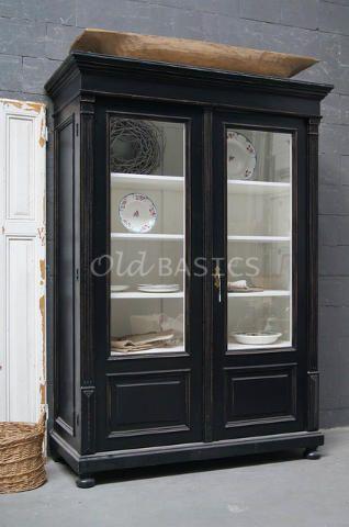 Vitrinekast 10084 - Opvallende oude vitrinekast, zwart van kleur. De kast heeft prachtige bewerkte omlijstingen en een mooie geleefde uitstraling. Achter de glazen deuren vier vaste legplanken. GERESERVEERD t/m 20-11
