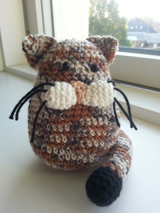Made this for my friend Janni. This looks like her cat Missy. :-)  The pattern is from Stip&Haak - and for free. So cute!   http://www.mijnwebwinkel.nl/winkel/stipenhaak/a-36144744/gratis-patronen/patroon-katje-kruimel/