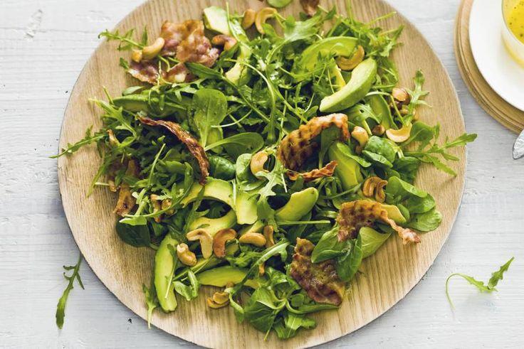 Feest op je bord: twee soorten sla, zachte avocado, knapperige noten in deze groene salade met spek en avocado. Recept - Allerhande